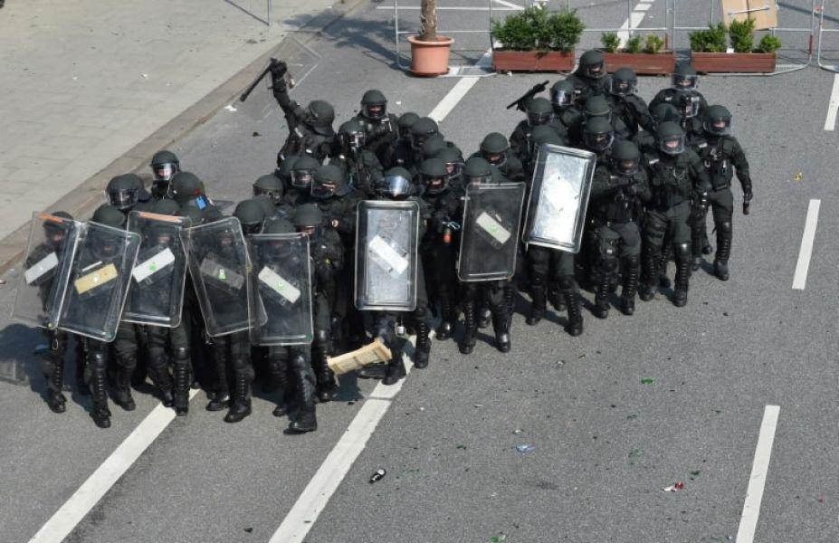 La policía antidisturbios alemana se despliega en una zona de Hamburgo donde se encuentran los líderes del G20.