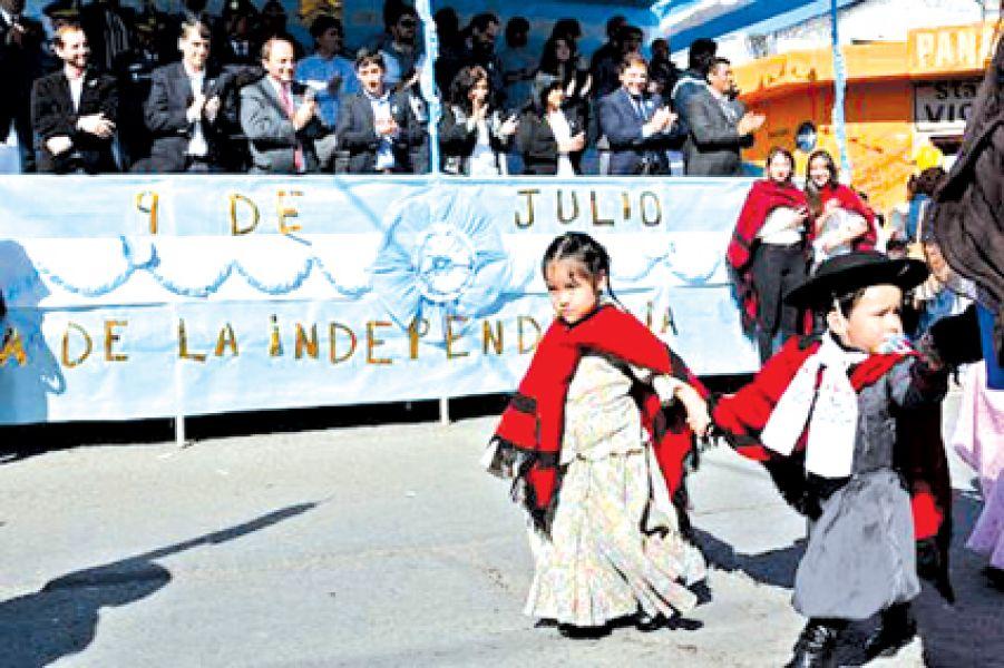 En la ciudad de Salta el desfile se emplazó por  avenida Inde-pendencia.