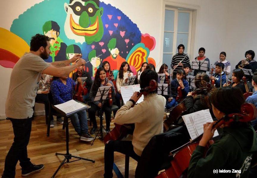 """La Orquesta Juvenil """"Cuchio Leguizamón"""", con su director Martín Bonilla, tocará el sábado 20 de julio en el Centro Cultural América."""