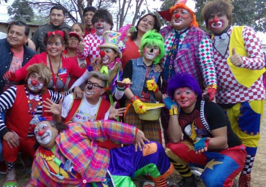 Payasos, malabaristas, títeres y batucada juegos, globología y premios en el Anfiteatro del parque San Martín.