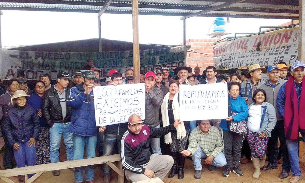 Los campesinos que se reunieron en el predio de Morillo analizan las medidas a tomar por un estado de desamparo legal.