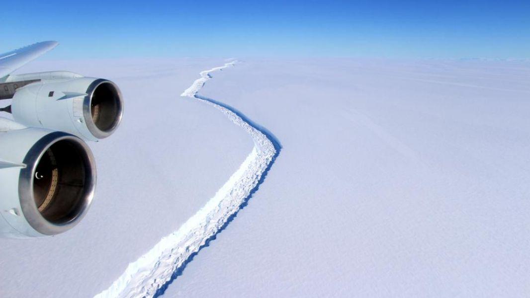 El iceberg pesa más de un billón de toneladas y se desprendió del oeste de la Antártida.