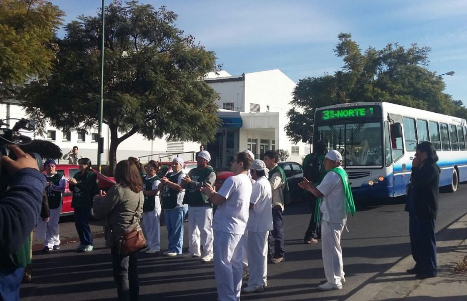 Trabajadores del hospital Materno Infantil cortaron la avenida Sarmiento por reclamos salariales y condiciones laborales.