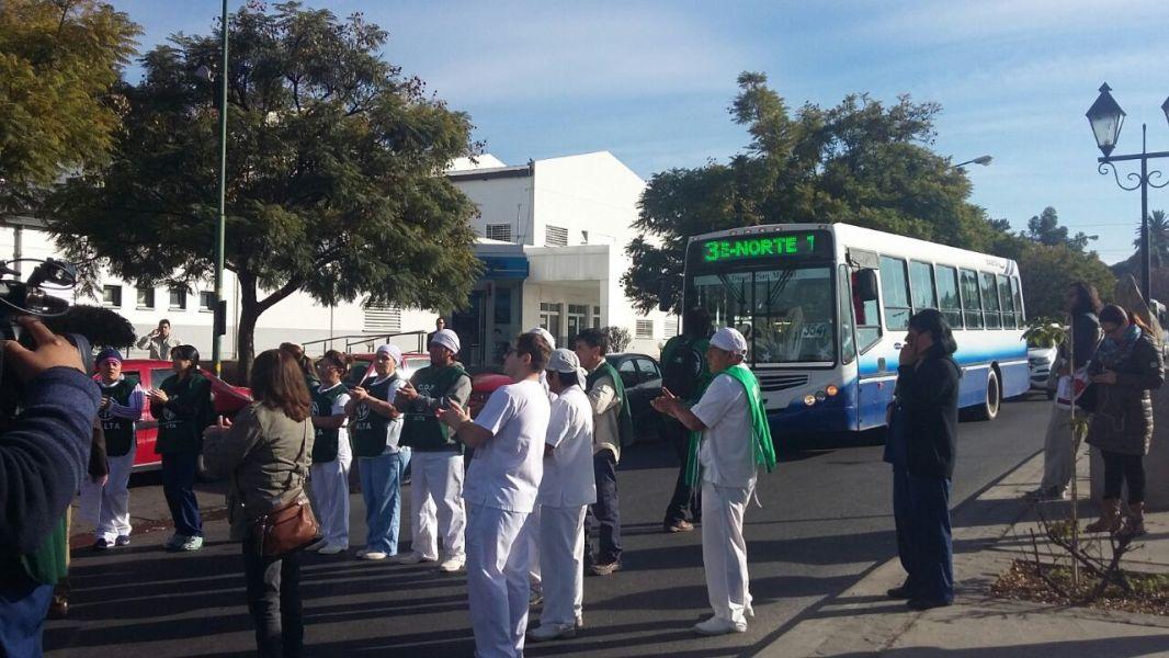Los trabajadores del Hospital Materno Infantil cortaron la Sarmiento por diez minutos, hoy definen como continuarán sus protestas.