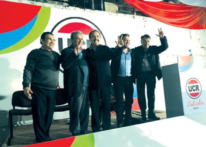 Alfonsín y precandidatos en diferentes categorías, en el acto de ayer en la sede de la UCR salteña.