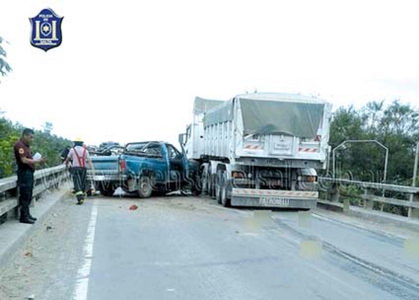 Mujer y hombre muertos en un violento choque entre un camión y una camioneta en el norte salteño.