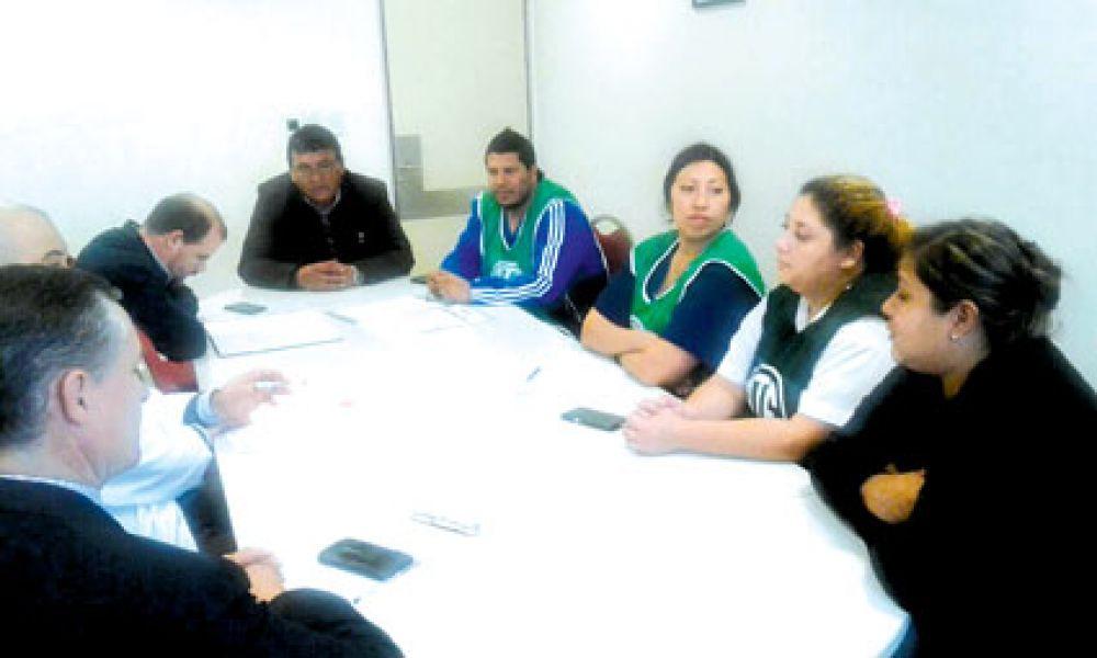 Los trabajadores fueron recibidos por las autoridades del hospital para informarles de un plan concreto de soluciones a sus pedidos.