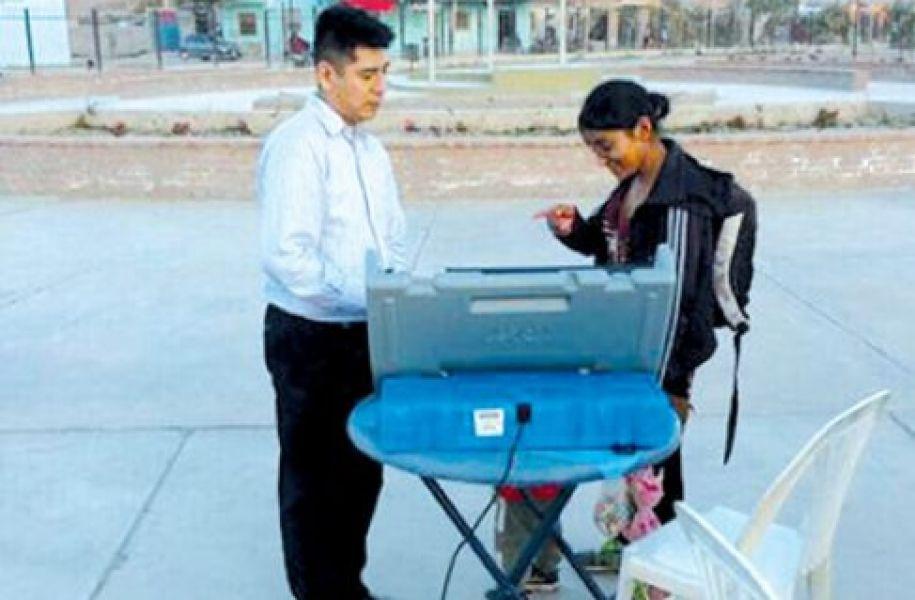Técnicos del Tribunal Electoral orientan a los ciudadanos sobre como votar en el Parque del Bicentenario, Parque de la Familia y Peatonales.