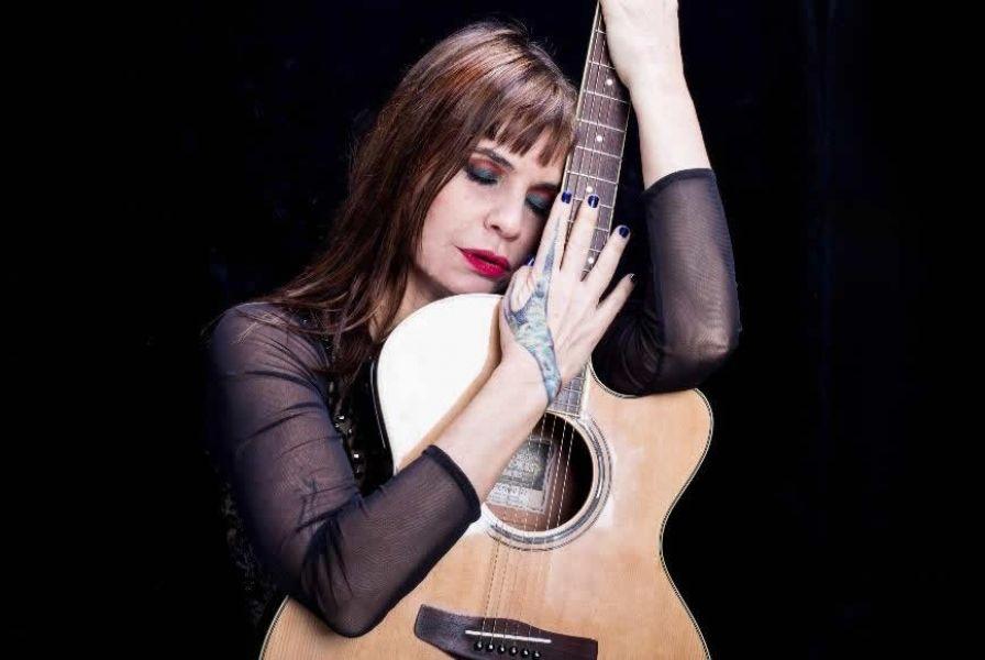 Fabiana Cantilo preparó un repertorio de canciones acústicas e íntimas que resume una trayectoria de 33 años.