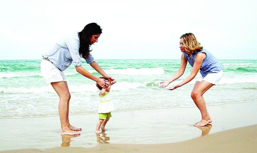 Por sugerencia de la psicóloga, se busca a parejas adoptantes femeninas.
