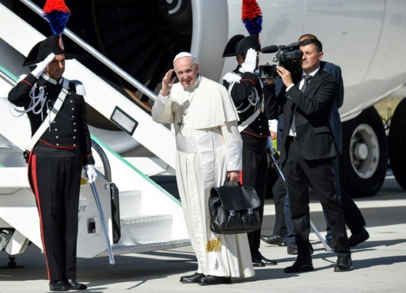 Francisco se desplazará en tres papamóviles sin lujos ni vidrios blindados para poder saludar a la gente.
