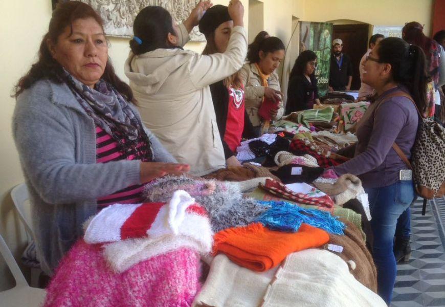 En la feria de Los Toldos además de ver artesanías genuinas, se informa sobre senderismo naturaleza, jornadas vivenciales y turismo comunitario.