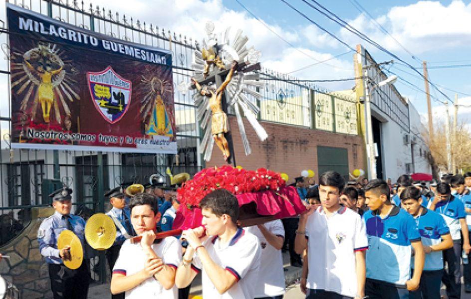 """Alumnos del Instituto Güemes llevan la réplica del Señor del Milagro en la procesión conocida como del """"Milagrito guemesiano"""""""