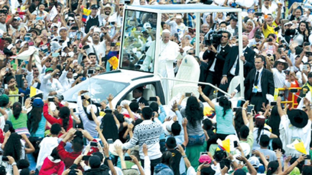 Desde el Papamóvil abierto sin vidrios, el Papa Francisco saluda a los feligreses de Villavicencio, en su gira por Colombia.