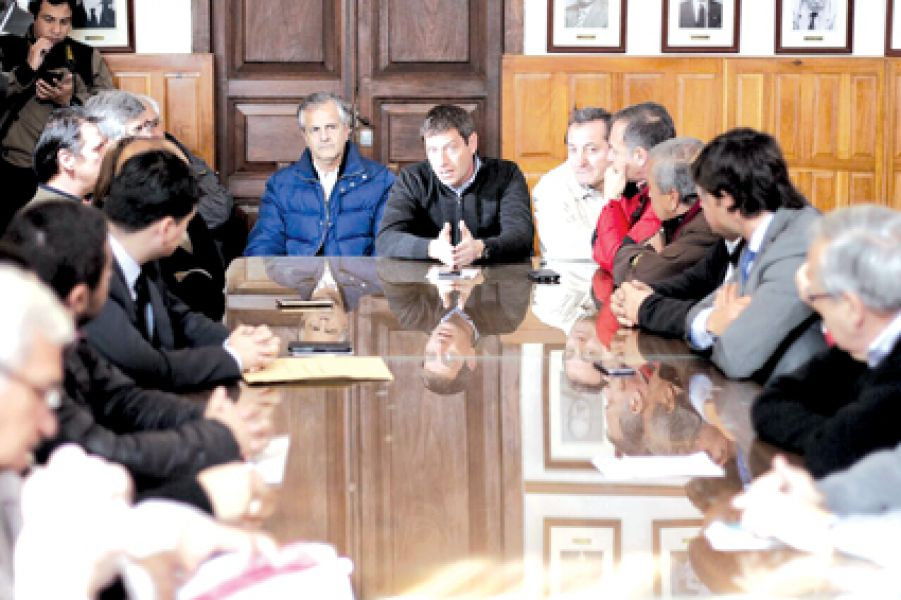 El diputado nacional Guillermo Durand Cornejo en la reunión con los vecinos el 19 de junio pasado.