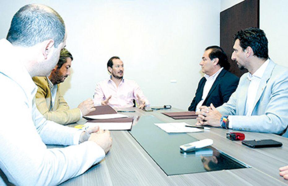 Firma de convenios de regularización dominial y asistencia financiera con El Quebrachal y El Galpón.