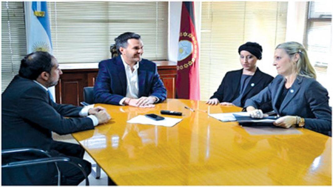El ministro Juan Pablo Rodríguez con funcionarias nacionales, luego de la firma del convenio con el Ministerio del Interior.