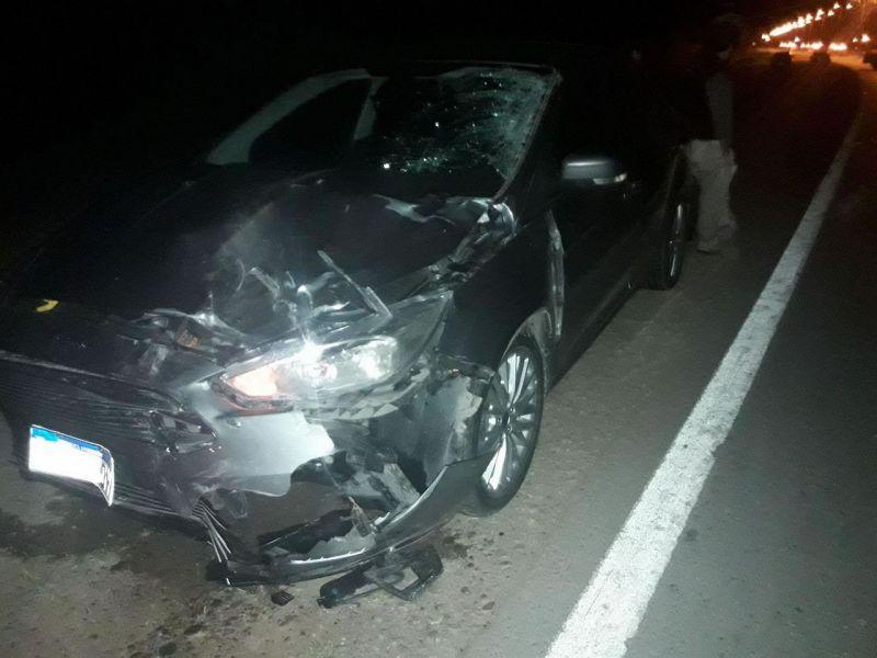 Automóvil que impactó contra la motocicleta ocupada por dos policías.