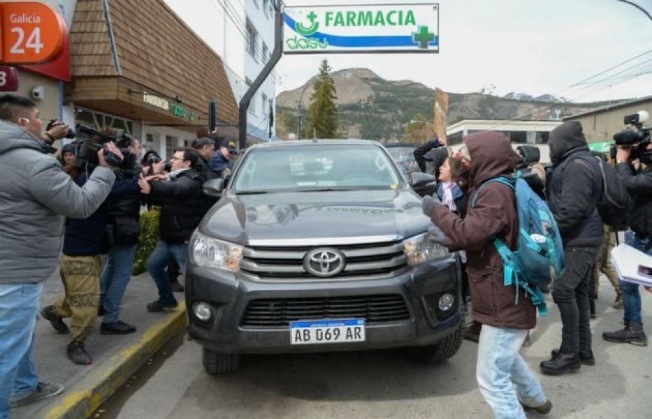 Manifestantes agreden el auto en el que viajaba la fiscal del caso Maldonado. Todavía no se conoce información sobre las indagatorias.