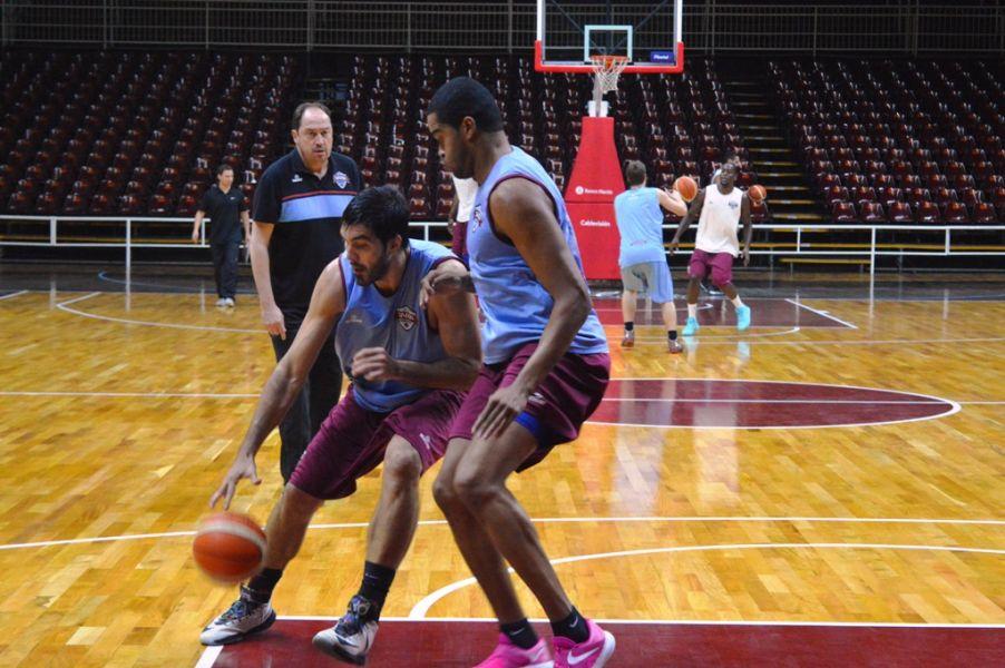 Ricardo De Cecco sigue de cerca el trabajo de Salta Basket.