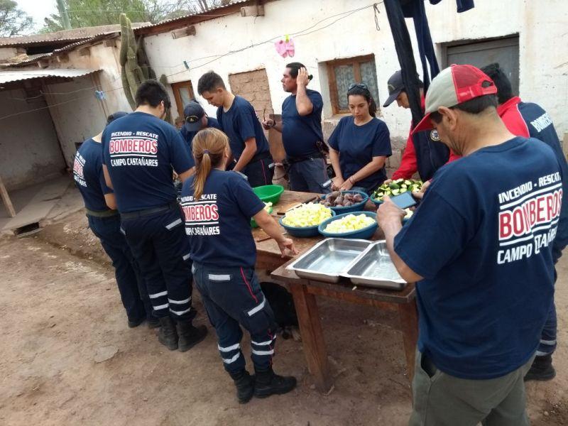 Bomberos asistiendo a los peregrinos en Maimará, Jujuy.