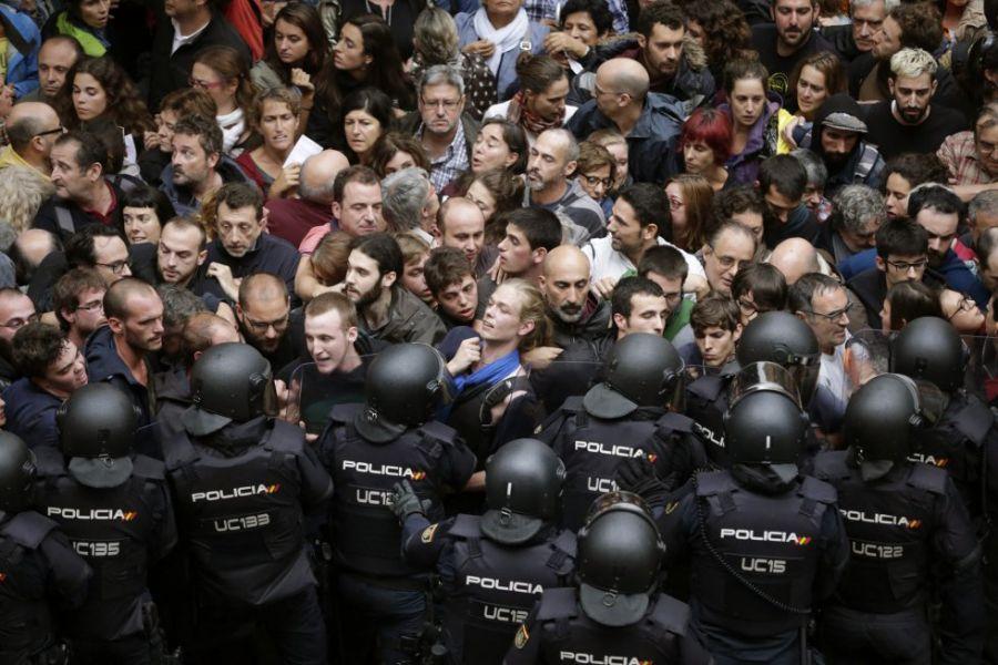 Agentes de la policía cargan contra los ciudadanos para impedir la celebración del referéndum independentista del domingo 1 de octubre.