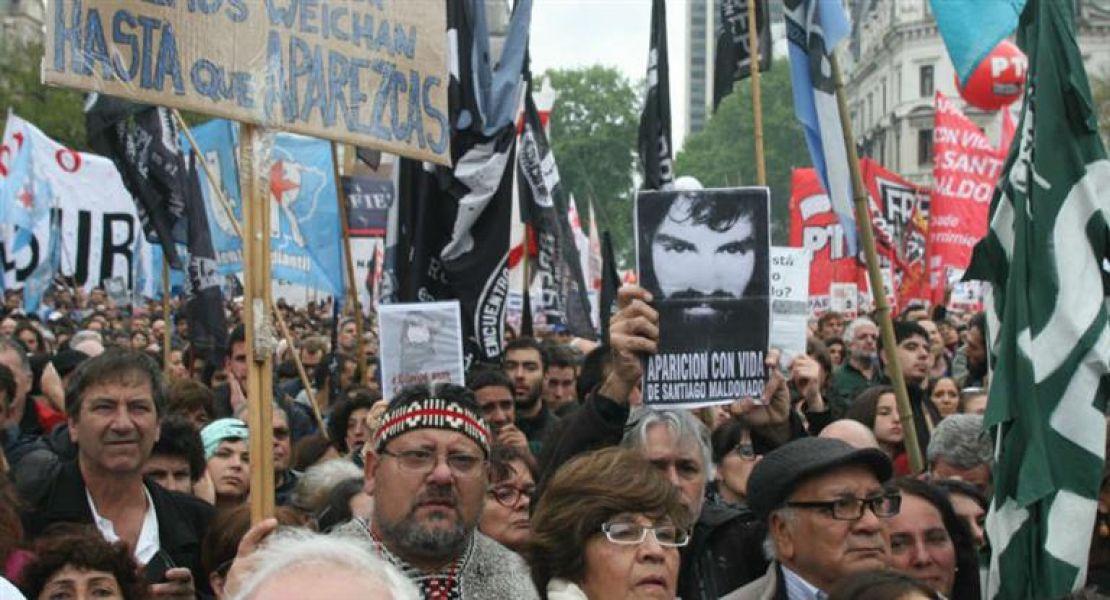 """La convocatoria a la Plaza de Mayo fue multitudinaria, a pesar de la lluvia, todos quisieron preguntar ¿""""Dónde está Santiago""""?"""