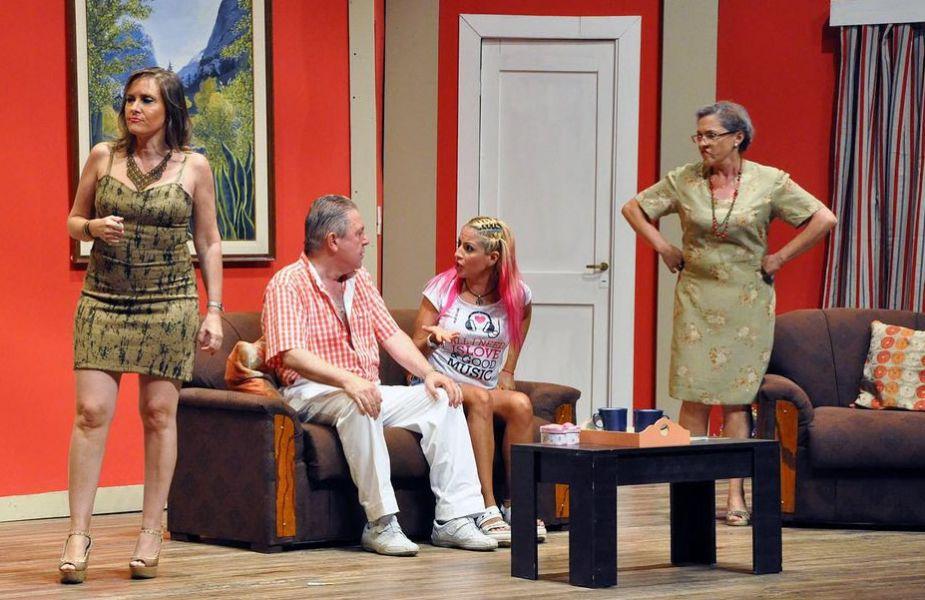 """Una escena de la comedia teatral de producción salteña, """"Suegras bárbaras"""", que se despide con una última función."""