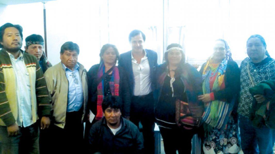 Daniel Lipovetzky (centro) con referentes indígenas.