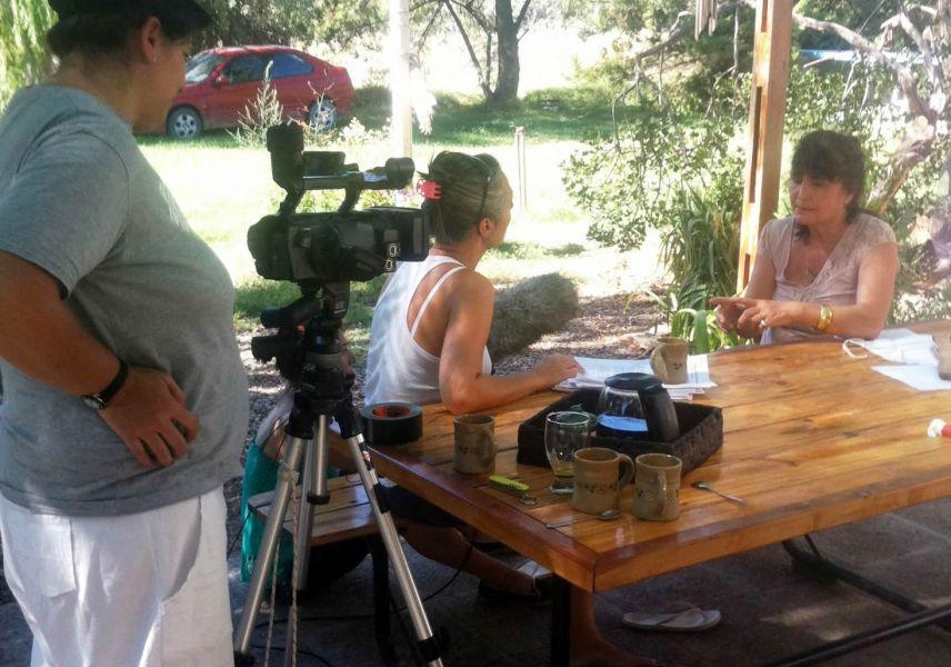 """En la escena de filmación de la película """"Ella se lo buscó"""", la directora Susana Nieri con la protagonista Ivana Rosales."""