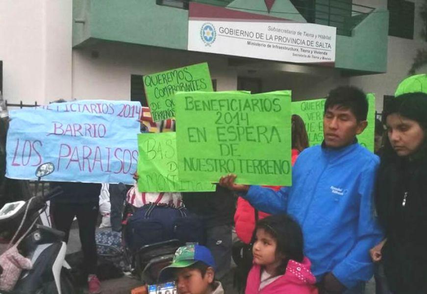 El acuerdo firmado con Tierra y Habitad dice que la entrega definitiva de sus lotes a las mas de 900 familias será el 15 de octubre de 2018.