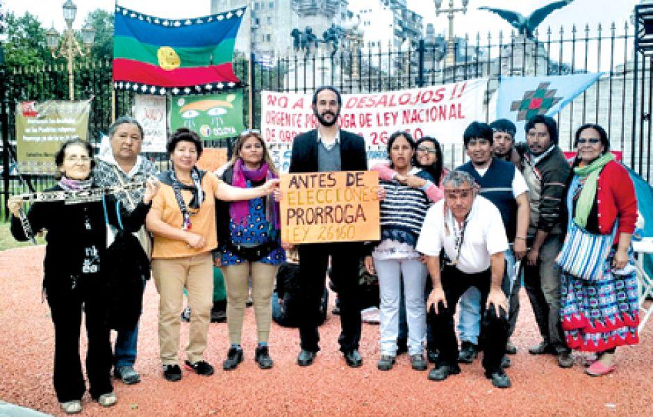 El diputado Pablo López (centro) y Octorina Zamora (derecha), se manifiesta a favor de la ley que suspende los desalojos.