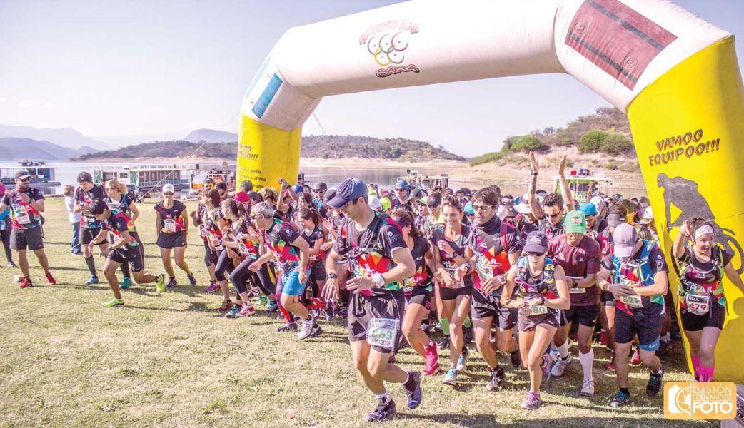"""Largada de la prueba de aventura """"Cabra Trail"""", que con casi 400 deportistas se largó en El Préstamo, a orillas del dique Cabra Corral."""