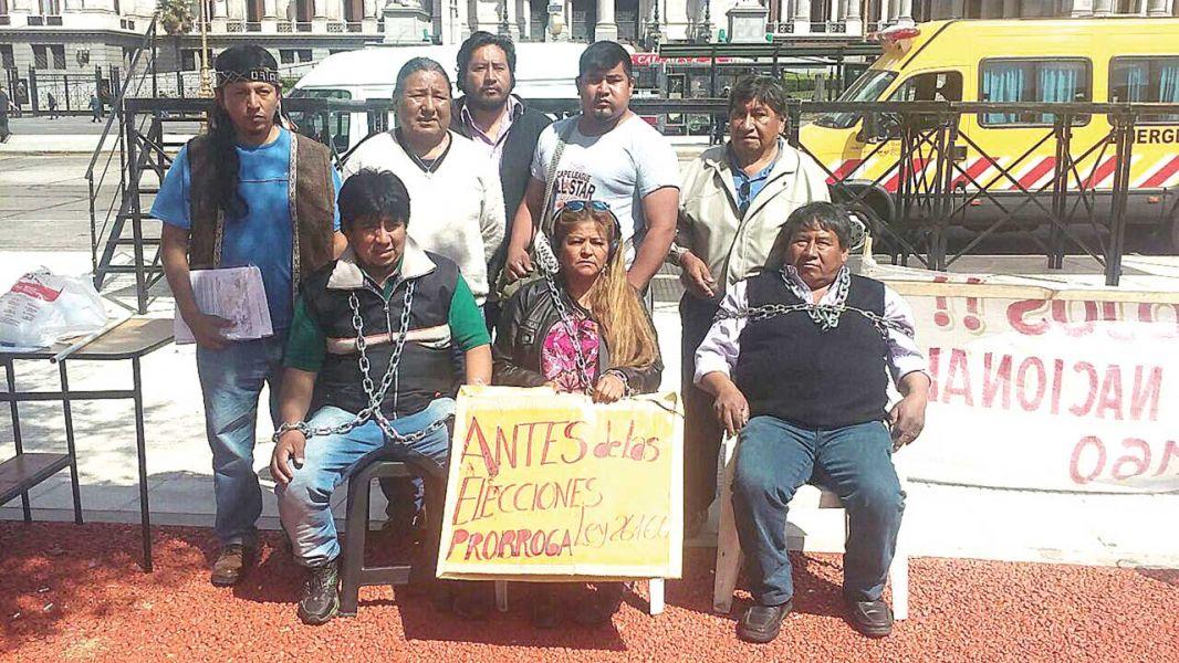 Víctor Cruz (izquierda, sentado), del pueblo Tastil, encadenado frente al Congreso de la Nación.