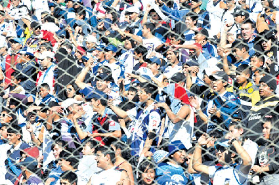Los hinchas  del Santo en la tribuna Sur del estadio Martearena. Solo los socios tendrán descuentos en  las entradas.