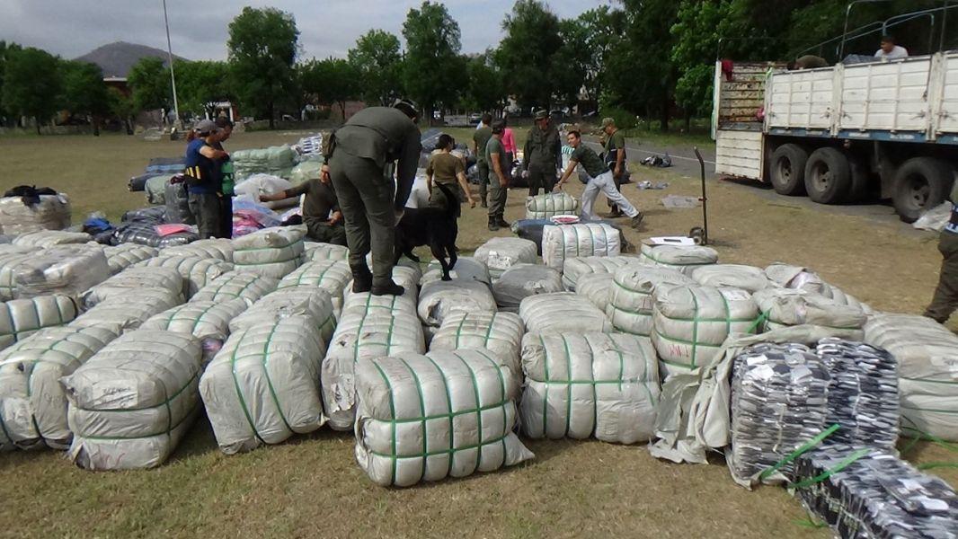 En Las Lajitas se secuestraron más de 200 bultos con mercadería.