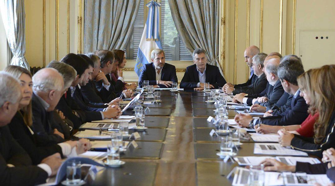 Macri junto al ministro Frigerio en la reunión con los gobernadores en la que se discutió sobre el proyecto de Pacto Fiscal.
