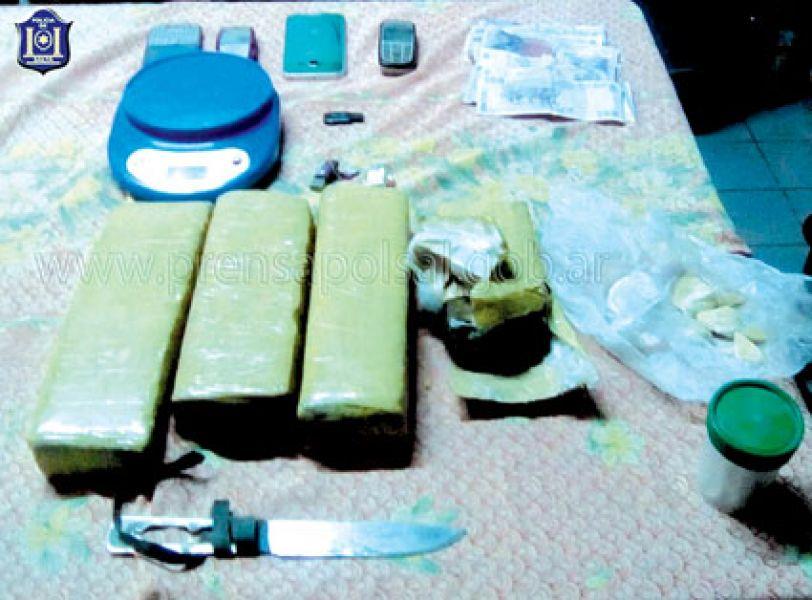 Los efectivos secuestraron drogas y armas hechizas.