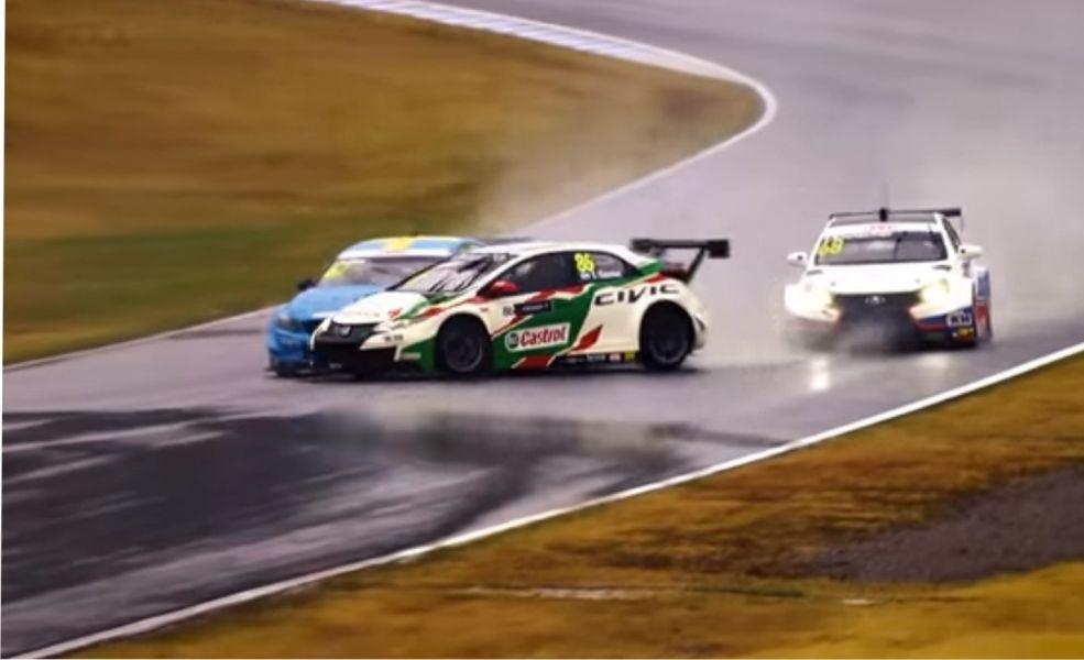 En su debut en el equipo oficial Honda en Japón, Esteban Guerrieri (cruzado tras el toque de Björk), logró salvar el desastre y terminó en el podio.