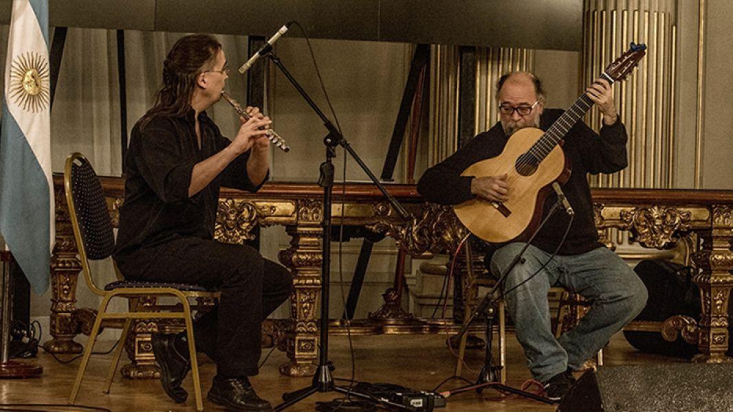 Noche de buena música en la Biblioteca Provincial con los músicos Leopoldo Deza (piano y flauta traversa) y Diego Rolon (guitarra).