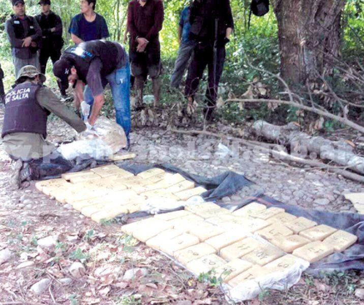 Secuestraron un total de 90 paquetes con marihuana de una banda de traficantes.