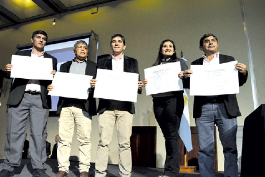 Algunos de los 341 concejales que recibieron diplomas como representantes electos en un acto oficial.