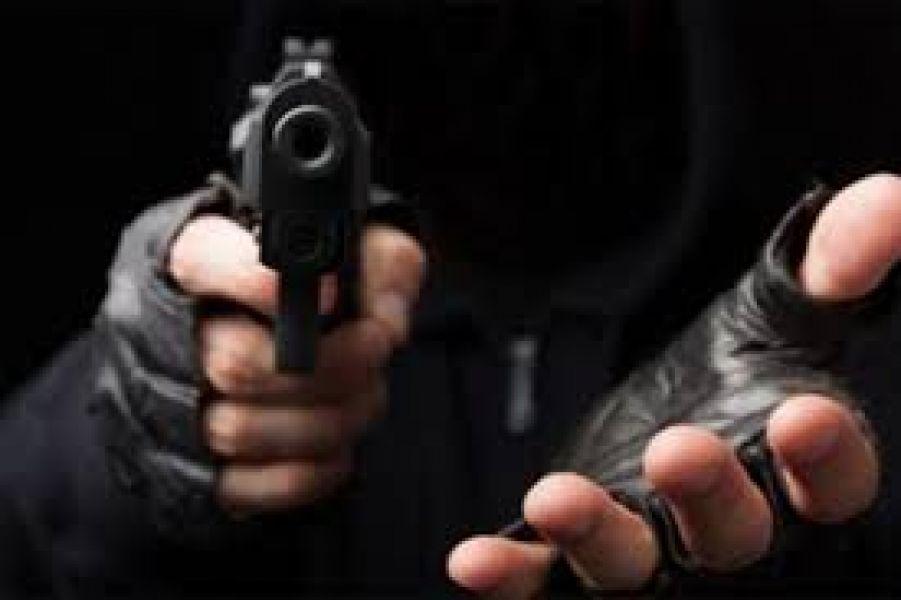 El hombre fue abordado por la mujer, que lo llevó engañado hasta donde estaba su cómplice para robarle su dinero.