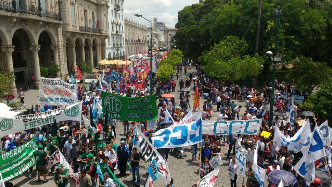 La marcha contra las reformas previsionales, laborales y fiscales en Salta fue multitudinaria.
