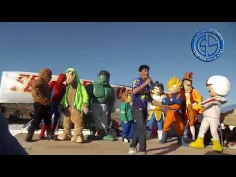 Carlos Melián y sus muñecos esperan los Reyes Magos.