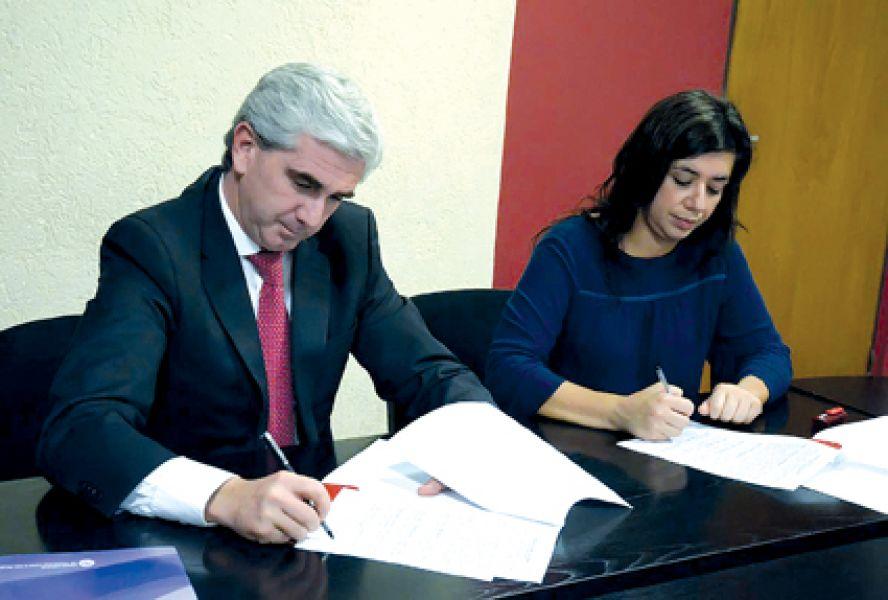El ministro Juan Manuel Lavallen y la presidenta del OVcM, María Laura Postiglione.