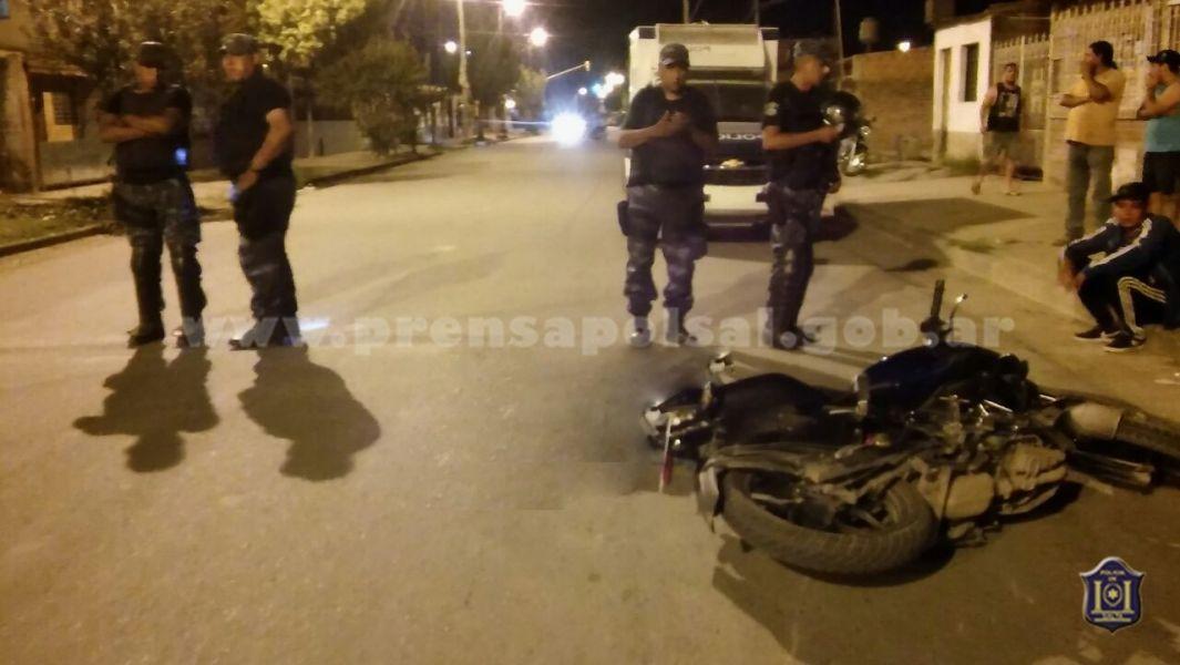 El motociclista embistió a un peatón de 74 años.