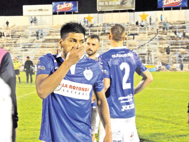 Raúl Poclaba, lo más flojo de Gimnasia, que goleaba por 3 a 0, y Central Córdoba se lo dio vuelta categóricamente. No lo podían creer.