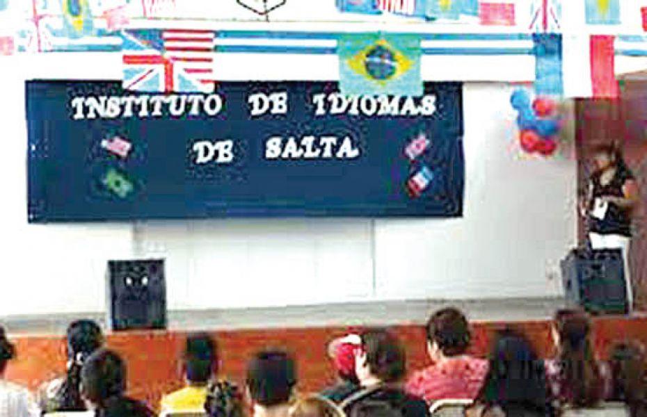 Se puede optar por los idiomas: inglés, francés, portugués y chino.