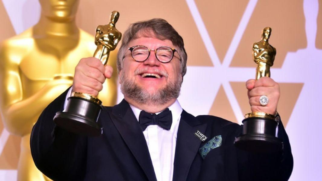 El Mexicano Guillermo con dos de los Oscar más importantes de la premiación: mejor película y mejor director.